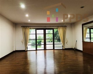 Sale Townhouse in Thonglor (Sukhumvit 55) in compound with shared pool and security guard